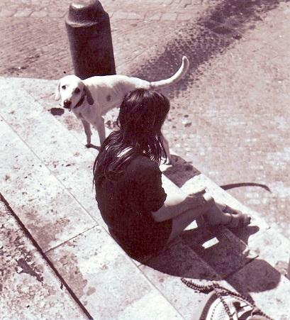 La donna con il cane (Roma, Piazza Santa Maria in Trastevere, 1974)